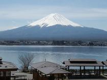 10人用コテージC型2階からの湖と富士山