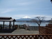 6人用コテージE型から眺めた湖と富士山