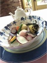 温野菜と温泉卵のスープ仕立て