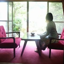 ◆次の間◆アンティークの家具が懐かしさを誘う
