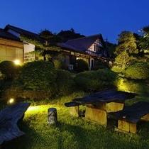 ◆中庭◆夜更け前のライトアップ
