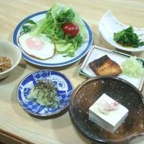 *【朝食(一例)】栄養バランスの良い和定食をご用意いたします。