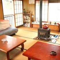 *【貸別荘:せせらぎ】山小屋風のお部屋には、昔懐かしい薪ストーブもあります。