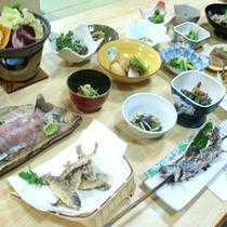 *【グレードアップ料理(一例)】「岩魚の刺身」や「山女の稚魚唐揚」といった珍しい料理も並びます。