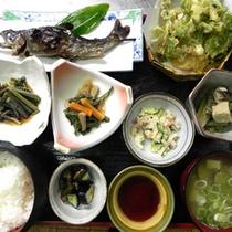 *【貸し別荘:お夕食(一例)】山菜料理や岩魚の塩焼きなど、自然の恵みに癒されてください。