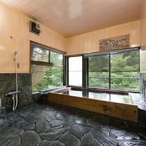 *風呂(男湯大浴場)山のミネラル豊富な湧き水を沸かした内風呂。