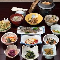 *【夕食(訳あり)】地元で採れた山菜やキノコ、自家栽培野菜を使用して作る、山菜料理や田舎料理。