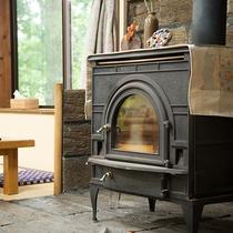 *館内(食事処)薪ストーブであたたかな寛ぎの空間に。