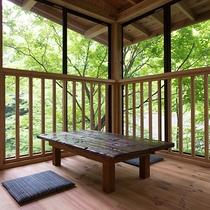 *館内(川床)豊かな緑に囲まれ、聞こえるのは大自然の呼吸!
