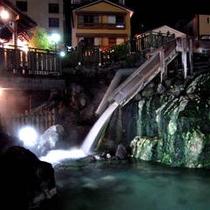 ライトアップされた夜の湯畑(ぬ志勇旅館より徒歩1分)