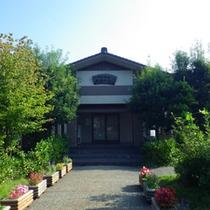 *日帰り温泉施設の外観(宿泊施設とは渡り廊下でつながっています)