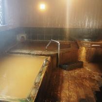 熱め(41℃)、ぬるめ(38℃)、源泉(22℃)と温度が異なる3つの温泉をお楽しみください。