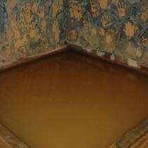 鷺湯/入場者が湯の華で残した手形が壁を彩ります。