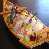 船盛り。舟盛り写真は4名様分のイメージとなります