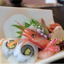 刺身盛り合わせが旬魚の味わいを楽しませてくれます。