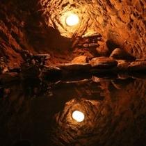 岩穴をお風呂として利用しております。苔むした岩と岩肌をゆったりとお楽しみ下さい。