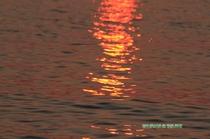 水面に映る夕日の赤