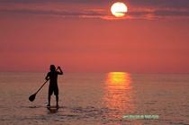 パドルボードと夕日