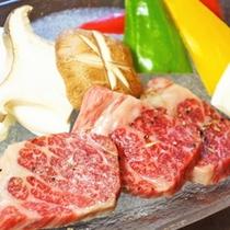 【ご夕食】肉質がやわらかく、霜降りが入った黒毛和牛は美味なり!