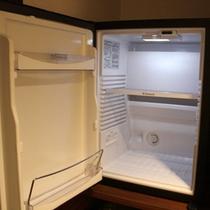 【客室冷蔵庫】空の冷蔵庫をご用意。ご自由にご利用ください。