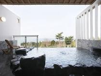 昼の露天風呂風景