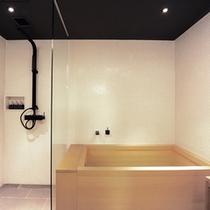 独立したシャワーブースと浴槽