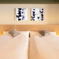 押し花アートが彩るベッドルーム