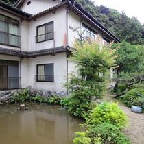 *【庭園】客室から望むことができる、緑豊かなお庭。