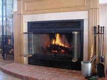 薪の暖炉があります
