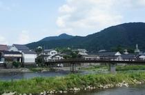 【勝山・町並み保存地区】メインどおりの裏側から川を挟んで見る景色です。
