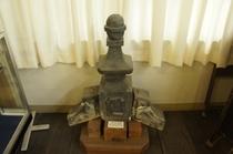 【展示物】校舎にあった鬼瓦です。100年近くたっているのにほとんどひび割れしてないのは珍しいそうです。