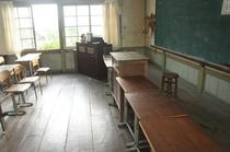 【校舎・内観】光が差し込む教室のワンシーンです。