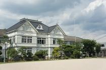 【校舎・外観】「木造ルネッサンス風小学校」とも言われています。