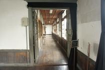 【校舎・内観】講堂から続く廊下。