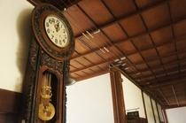 【校舎・時計】廊下にかかった時計もノスタルジックでいい雰囲気だしてます。