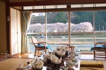 部屋から見える桜を楽しみながら自慢の料理を味わって下さい。
