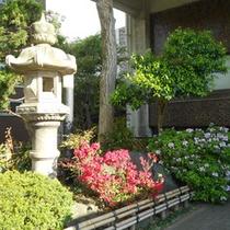 松尾芭蕉が訪れた氣比神宮が目の前にあります。