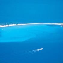 【水島】白砂が美しい若狭湾の無人島。車で30分の乗船場から渡船が運行。海水浴や浅瀬でも魚を楽しめます