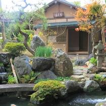 夜には日本庭園がライトアップされ、また違った雰囲気に。