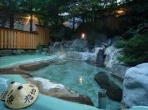 秋・夕暮れの露天風呂