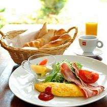 *【朝食例】新鮮な野菜のサラダや卵料理…栄養バランスのとれた朝食です。