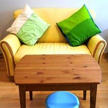 *【客室例】お部屋に荷物を置いて、ほっと一息。