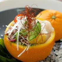 *【夕食一例】季節の前菜(オレンジの器の中に地魚を閉じ込めました)