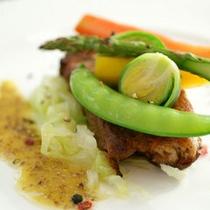 *【夕食例】旬の食材と、自家菜園で採れた野菜を使ったお食事。