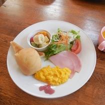 【幼児用朝食一例】パン、スクランブルエッグ、新鮮野菜など