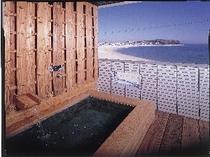 客室露天風呂から海を望む
