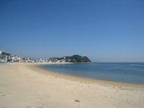 宿前のビーチ