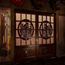 時代長屋を再現した建物の内部。。。館内のいたる場所に1,000点もの骨董品を展示しております。。。