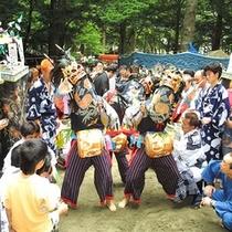 8月湯西川の先祖を祀る。。。村の鎮守祭り・・・天狗の先導で獅子舞が奉納される。。。