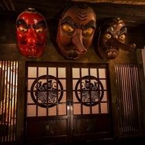 刻んだ歴史と、重厚感ある佇まい。その門をくぐれば、昔懐かしい日本の情景を感じていただけます。。。